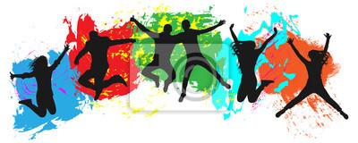 Bild Springende Jugend auf buntem Hintergrund. Sprünge von fröhlichen jungen Leuten, Freunde. Freude der Jugendmenge der bunten Kleckse