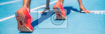Bild Sprinter, der auf Anfang des Rennens auf Laufbahnen Stadion am im Freien wartet. Sport- und Eignungsläufer-Frauenathlet auf Blau lassen Spur mit orange laufenden Schuhen laufen. Panorama-Banner.