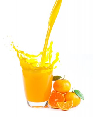 Bild Spritzwasser Orangensaft mit Orangen vor weißem Hintergrund