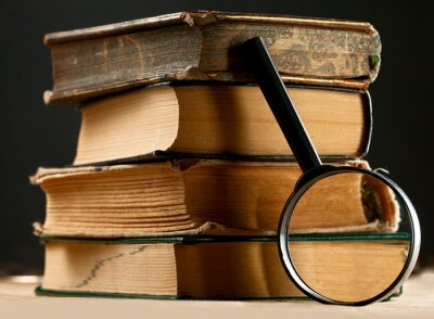 Bild Stapel der alten Bücher mit Lupe