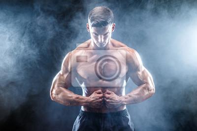 Bild Starke Bodybuilder Mann mit perfekten abs, Schultern, Bizeps, Trizeps, Brust.