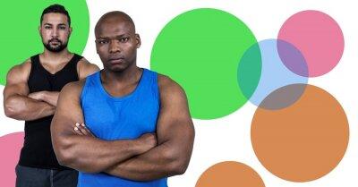 Starke Fitnesstrainer Männer mit minimalen Formen