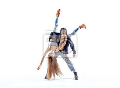 Starker Hip-Hop-Typ, der seinen Tanzpartner trägt