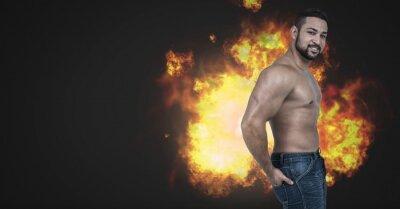 Starker muskulöser Mann mit brennenden Feuerflammen
