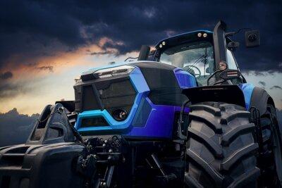 Bild Starker Traktor gegen einen stürmischen Himmel