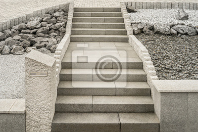 Steingarten mit treppe aus granit und massivem briefkasten ...