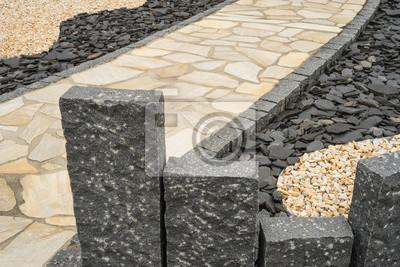 Stelen aus granit und gartenweg im steingarten --- stelen aus ...