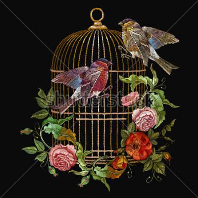 Bild Stickvögel und Vogelkäfig und Blumenvektor. Klassischer Stickgimpel und Meise, goldener Käfig, Vintage Knospen von Wildrosen. Frühlingsmode Kunst, Vorlage für das Design von Kleidung, T-Shirt