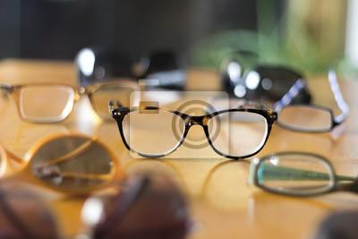 Bild Stilvolle Brillen auf dem Tisch