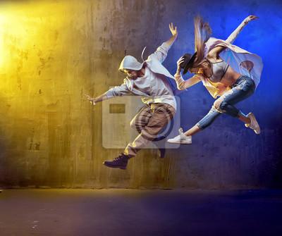 Stilvolle Tänzer fungieren in einem Betonbereich
