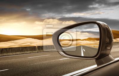 Bild Strada nel deserto riflessa nello specchietto retrovisore esterno