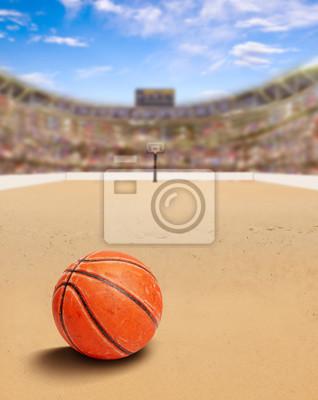 Strand-Basketball-Arena mit Ball auf Sand und Textfreiraum