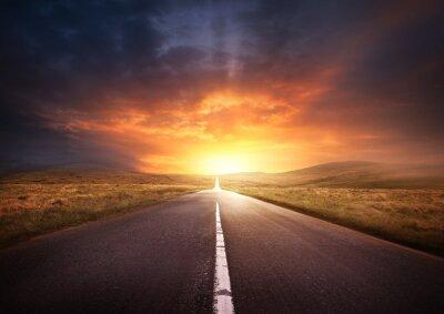 Bild Straße, die in einen Sonnenuntergang