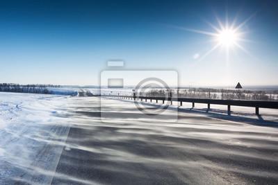 Straße mit Schnee im ländlichen Raum. Autobahn