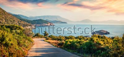 Bild Straße nach Ierussalim Beach. Malerischer Morgenmeerblick des ionischen Meeres. Eindrucksvoller Sonnenaufgang auf Kefalonia-Insel, Griechenland, Europa. Reisender Konzept Hintergrund.