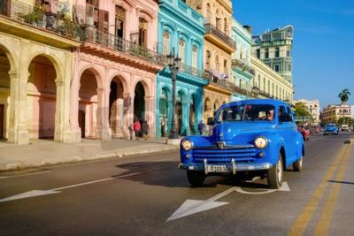 Bild Straßenszene mit altem Auto und bunten Gebäuden in altem Havana
