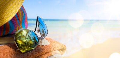 Bild Straw hat, bag and sun glasses  on a tropical beach