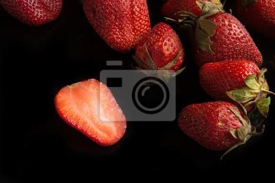 Bild strawbery ftuit auf dem schwarzen hintergrund.