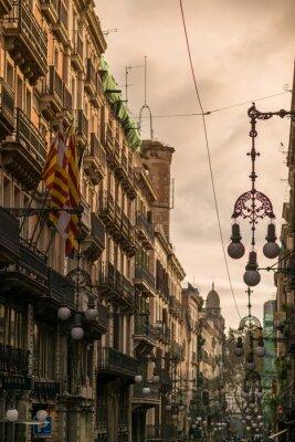 Bild Street in Barcelona mit vielen Straßenlaternen