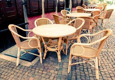 Bild Street View von einem Kaffee Terrasse mit Tischen und Stühlen