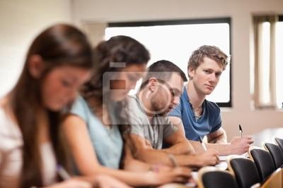 Studenten hören eine Dozentin mit der Kamera Fokus auf den FOREG