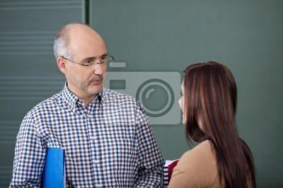 studentin und Dozent im Gespräch