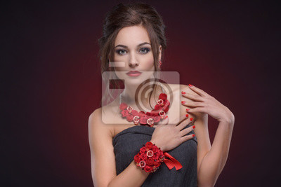 Studio Portrait elegantes Mädchen in handgefertigten Ornamente auf Gradienten schwarz rotem Hintergrund