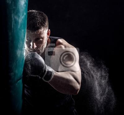 Bild Studio Schuss von männlichen Boxer Stanzen eine Box-Tasche.