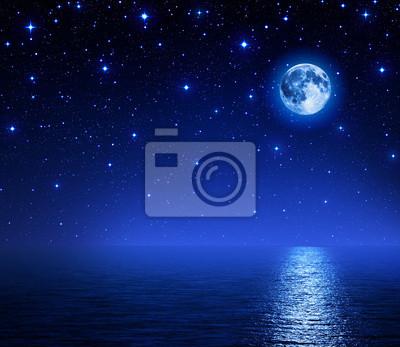 Super-Mond im sternenklaren Himmel über Meer
