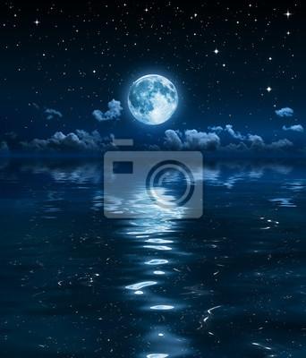 Super Mond und Wolken in der Nacht auf dem Meer