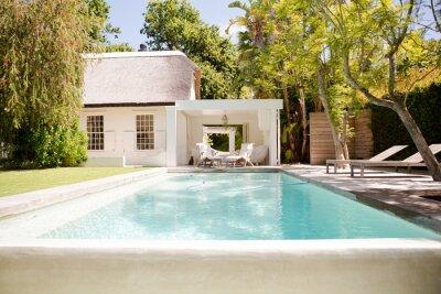 Bild Swimming pool and backyard of modern house