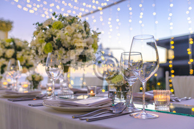 Bild Table setting at a luxury wedding and Beautiful flowers on the table.