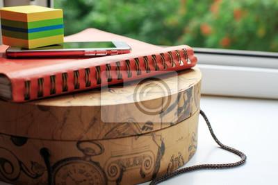 Bild Tagebuch und Handy auf rundem Karton. Geschäftskonzept