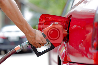 Tanken in der Tankstelle mit rotem Auto