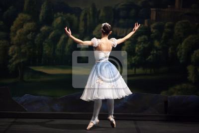 Tanz, Professionalität, Begeisterungskonzept. Charmante Ballerina im Moment der Bewegung vor dem Hintergrund der Dekorationselemente, bemalte Bäume und Burg