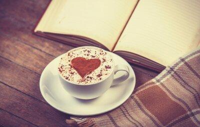 Bild Tasse Kaffee und Buch mit Schal
