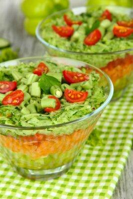 Bild Tasty Salat mit frischem Gemüse auf Holztisch