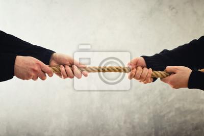 Bild Tauziehen. Hände ziehen Seil zu entgegengesetzten Seiten