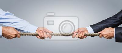 Bild Tauziehen, zwei Geschäftsmann zieht ein Seil in entgegengesetzte Richtungen