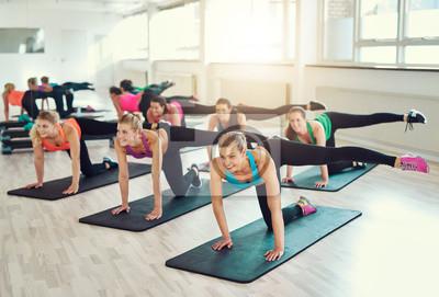 Teamwork der jungen Frauen, die Übung zusammen