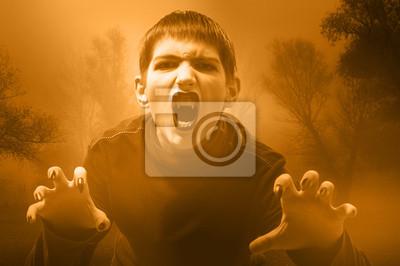 Teenage Vampire in den nebligen Wald zum Angriff