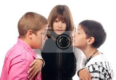 Teenager-Mädchen und zwei Jungen im Teenageralter wütend, die kämpfen wollen