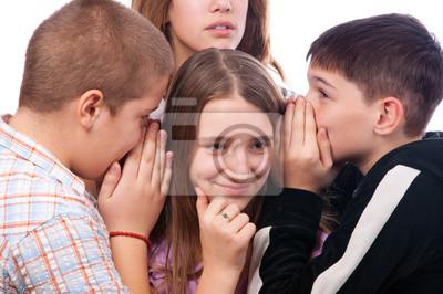 Teenager tratschen über ihre gemeinsame Freundin