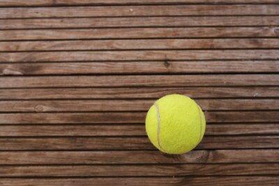 Tennis Ball auf hölzernen Hintergrund