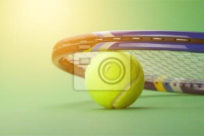Tennisbälle und Schläger auf Gras