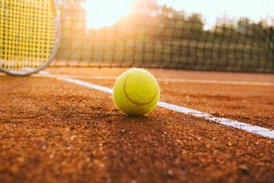 Bild Tennisschläger und Ball auf einem Sandplatz-