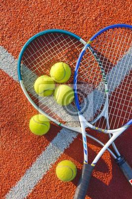 Tennisschläger und Bälle auf einem Tennisplatz