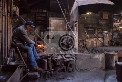 Bild the blacksmith polishing metal products
