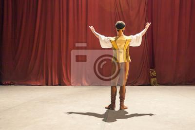 Theater, andere Seite, Professionalismus Konzept. Auf Backstage Ballett-Tänzerin in Honig gelb Weste, weißes Hemd, Hosen und Tanzstiefel, so dass eine Geste der Gruß an rote Vorhänge Verstecken Audito