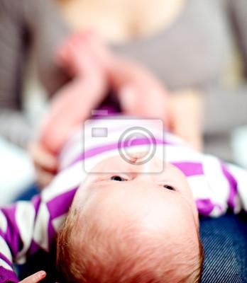 Tiny Baby liegen auf ihrer Mütter Schoß